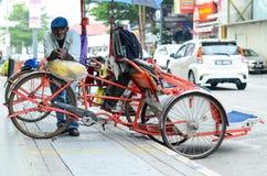 Weinlese Trishaw-Halt neben Straße für Service-Reisenden Stockfotos