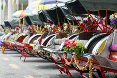 Weinlese Trishaw-Halt neben Straße für Service-Reisenden Lizenzfreie Stockfotos