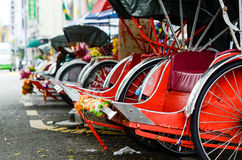 Weinlese Trishaw-Halt neben Straße für Service-Reisenden Lizenzfreies Stockfoto