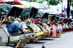 Weinlese Trishaw-Halt neben Straße für Service-Reisenden Lizenzfreie Stockbilder