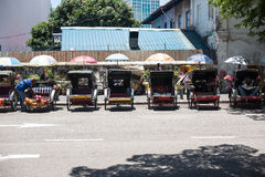 Weinlese Trishaw-Halt neben Straße für Service-Reisenden Stockfotografie