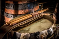 Weinlese-Trommel und Trommelstöcke und Bierfaß Stockfoto