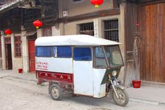 Weinlese tuk tuk Taxi in der alten Stadt von Daxu in Ch Lizenzfreie Stockfotos