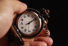 Weinlese-Uhr angehalten durch die linke Hand Lizenzfreie Stockfotografie