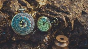 Weinlese-Uhr-Anhänger auf Stein stockfoto