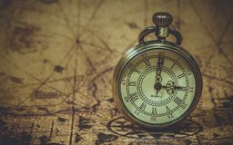 Weinlese-Uhr auf Karte der Alten Welt lizenzfreie stockbilder