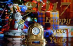Weinlese-Uhr und Santa Claus Stockfotografie