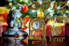 Weinlese-Uhr und Santa Claus Stockfotos