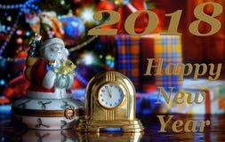 Weinlese-Uhr und Santa Claus Stockbild