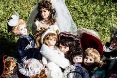 Weinlese und alte keramische Puppen für Sammlung am Ramschverkauf Lizenzfreie Stockfotos