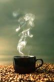 Weinlese und Retro- Farbton des warmen schwarzen Tasse Kaffees auf Roa Lizenzfreie Stockfotos