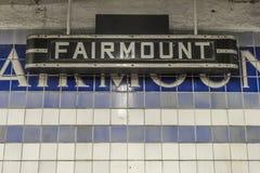 Weinlese unterzeichnen herein eine U-Bahnstation Stockfotos