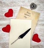 Weinlese-Valentinstagkarte herein mit Buch mit roten Umarmungsherzen Tinte und Spule - Draufsicht lizenzfreie stockfotos