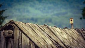 Weinlese verblaßte Bild eines alten hölzernen Scheunendachs, das auseinander Tau zu den Wartungsmängeln, ein Gebirgsbauernhof fäl lizenzfreie stockfotos