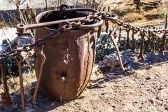 Weinlese verrostete der Erz-Eimer, der in den Bergwerksbetrieben benutzt wurde stockfotos