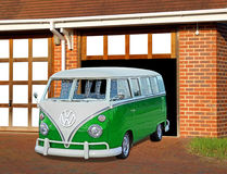Weinlese volkswagon in der Garage Stockbilder