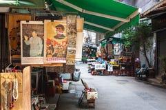 Weinlese-Vorsitzend-Mao-Porträts bei oberem Lascar rudern Antiquitätenmarkt, Hong Kong Stockfotos