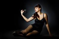 Weinlese-Wäsche-Mädchen, das ein Selfie nimmt Stockbild