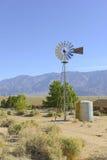 Weinlese-Wasserpumpe/Windmühle in der ländlichen Landschaft Lizenzfreie Stockfotos
