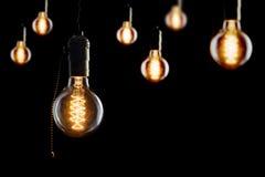 Weinlese weißglühende Edison-Art Birnen auf Schwarzem Stockfotografie