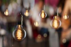 Weinlese weißglühende Edison-Art Birnen und Fensterreflexionen Stockfotos