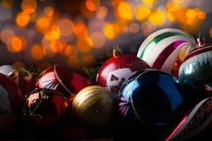 Weinlese-Weihnachtsbälle der Nahaufnahme alte mit verschiedenen Dekorationen Stockfoto