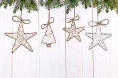 Weinlese-Weihnachtsdekorationen auf hölzernem Hintergrund Lizenzfreies Stockfoto