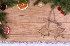 Weinlese-Weihnachtsdekorationen auf hölzernem Hintergrund Lizenzfreie Stockfotos