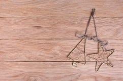 Weinlese-Weihnachtsdekorationen auf hölzernem Hintergrund Lizenzfreie Stockfotografie