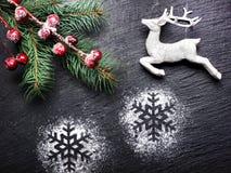 Weinlese-Weihnachtsfestlicher Hintergrund mit Rotwild und Schneeflocken Lizenzfreies Stockbild