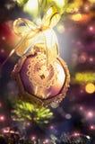 Weinlese-Weihnachtsflitter mit Band auf Weihnachtsbaum über Glanz und Feiertag bokeh Hintergrund Lizenzfreies Stockbild