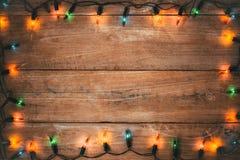 Weinlese-Weihnachtsglühlampedekoration auf altem Holz stockbild