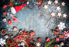 Weinlese-Weihnachtshintergrund mit Plätzchen, Sankt-Hut, Winterdekoration und Kranz, Draufsicht, Rahmen Stockfotografie