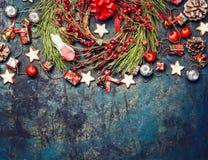 Weinlese-Weihnachtshintergrund mit roter Dekoration, Kranz von roten Winterbeeren und Plätzchen, Draufsicht Lizenzfreies Stockbild