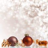 Weinlese-Weihnachtshintergrund mit Weihnachtsbällen lizenzfreies stockbild