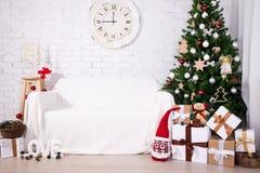 Weinlese-Weihnachtsinnenraum - Weihnachtsbaum, Geschenkboxen, Retro- c Lizenzfreies Stockfoto