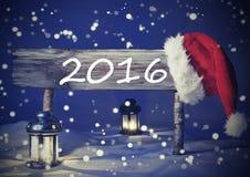 Weinlese-Weihnachtskarte mit Zeichen, Kerzenlicht Santa Hat, 2016 Stockfotografie