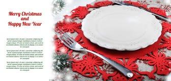 Weinlese-Weihnachtsplatte auf Feiertagshintergrund mit Weihnachtsbaum Lizenzfreie Stockfotos