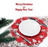 Weinlese-Weihnachtsplatte auf Feiertagshintergrund mit Weihnachtsbaum Lizenzfreies Stockfoto
