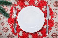 Weinlese-Weihnachtsplatte auf Feiertagshintergrund mit Weihnachtsbaum Segeltuchhintergrund mit roten Funkelnschneeflocken Abbildu Lizenzfreies Stockbild