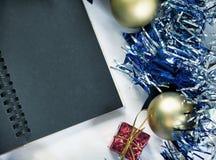 Weinlese-Weihnachtsschablone Leerseite des schwarzen Notizbuches Lizenzfreies Stockfoto