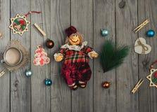 Weinlese-Weihnachtsspielzeug auf Holztisch Stockfotografie