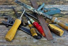 Weinlese-Werkzeuge auf hölzernem Hintergrund Lizenzfreies Stockbild