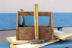 Weinlese-Werkzeugkasten mit Werkzeugen Alte Holzkiste mit Gebäudewerkzeugen, Bretter für Reparatur auf einer Holzbank Lizenzfreie Stockfotografie