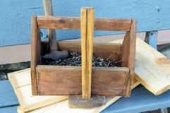 Weinlese-Werkzeugkasten mit Werkzeugen Alte Holzkiste mit Gebäudewerkzeugen, Bretter für Reparatur auf einer Holzbank Stockbilder