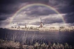 Weinlese-Windmühlen und Regenbogen Stockfoto
