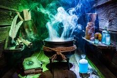 Weinlese witcher großer Kessel mit Zaubertränken und Büchern für Halloween stockfotos