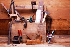 Weinlese-Zimmereiwerkstatt mit alten Werkzeugen Lizenzfreie Stockbilder