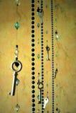 Weinleseanhänger und Perlen der Schlüssel Stockbild