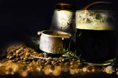 Weinleseansicht eines Tasse Kaffee-Horns und -türken auf dem Hintergrund von undeutlichen Partikeln lizenzfreie stockfotografie
